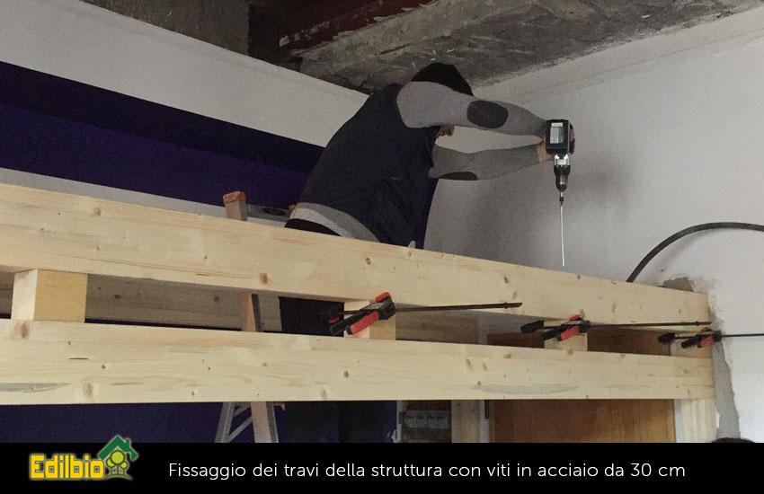 il fissaggio delle travi della struttura utilizzando viti in acciaio lunghe 30 cm