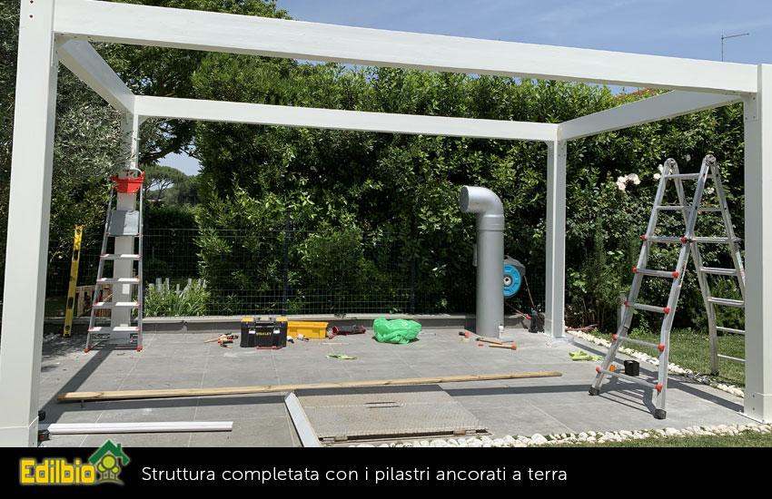 3_-Struttura-completata-con-i-pilastri-ancorati-a-terra-con-piastre-in-acciaio-zincato